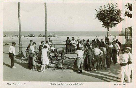 A Mataró durant molts anys s´ha fet la subhasta de peix a peu de barques. Normalment es feia a la platja dsel callao