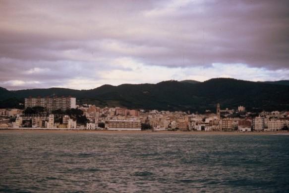 Els punts de la costa que es distingeixen bé des de mar han estat utilitzats com a senyes. En aquesta foto de Canet: el campanar, la misericòrdia, l'estació, pedra castell, la creu,...