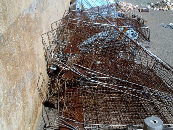 Ara les gàbies estant amuntegades en el port sense cap us